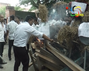 Students of DM college of arts burn effigies of minister and officials and furniture to protest admission of 100 more students