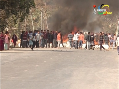 Police fire tear gas shells as people intensify counter blockade at Khonghampat since early morning